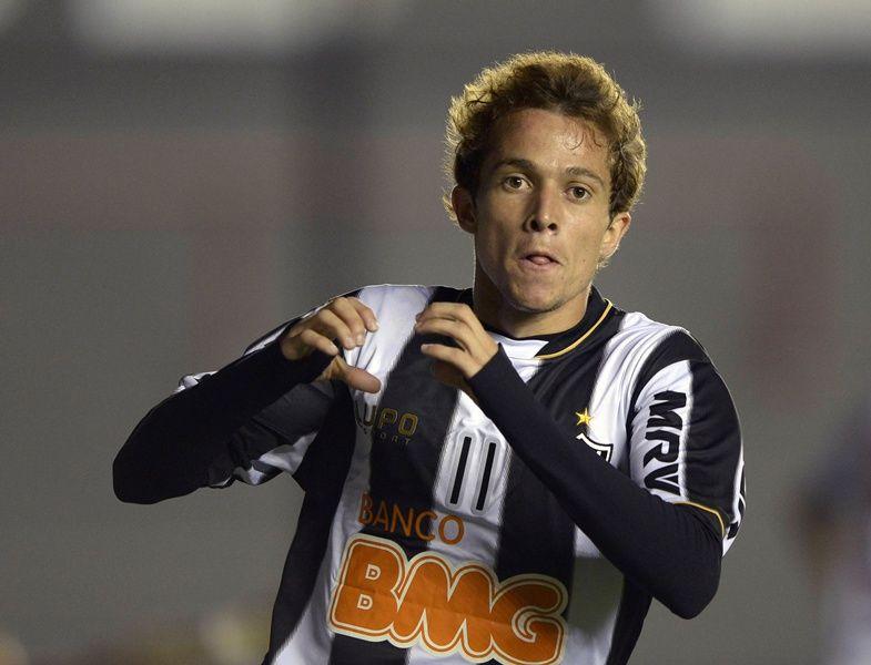 Bernard comemora um dos três gols que fez na vitória do Atlético-MG diante do Arsenal / Juan Mabromata/AFP