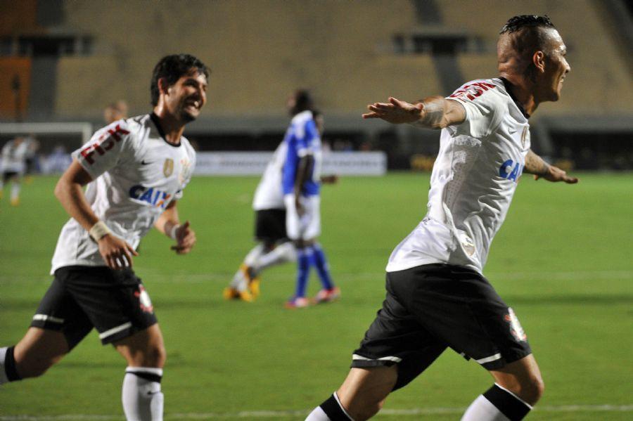 Guerrero e Alexandre Pato foram os artilheiros da noite no Pacaembu vazio diante do Millonarios / Nelson Almeida/AFP