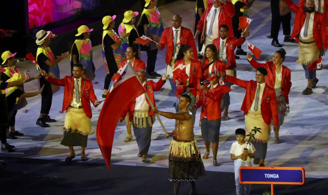 Tonga utilizou suas saias típicas e o porta-bandeira estava sem camisa