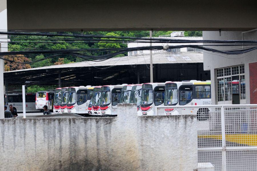 Garagem da Autoviação Jabour com o pátio cheio de ônibus e BRTs durante a greve dos motoristas de ônibus no Rio  / Alvinho Duarte/Fotoarena/Folhapress