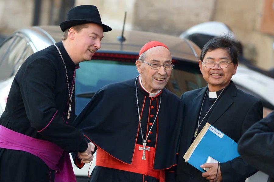 Falso bispo (esquerda) posou diante de vários fotógrafos ao lado de vários cardeais / VINCENZO PINTO / AFP