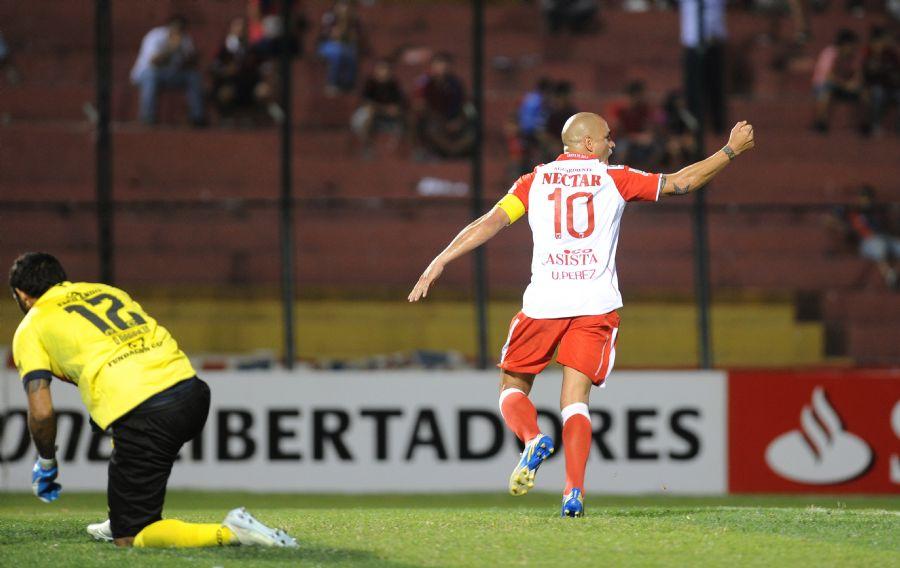Volante Omar Perez marcou duas vezes de pênalti e decretou a vitória colombiana / Norberto Duarte/AFP