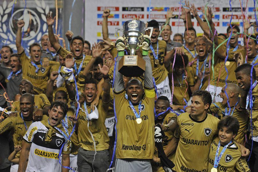 Após entrave, jogadores do Botafogo levantam a Taça Guanabara / Fernando Soutello/Agif/Folhapress
