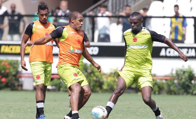 Sandro Silva (direira) disputa bola com Felipe Bastos (esquerda) / Marcelo Sadio/Site do Vasco