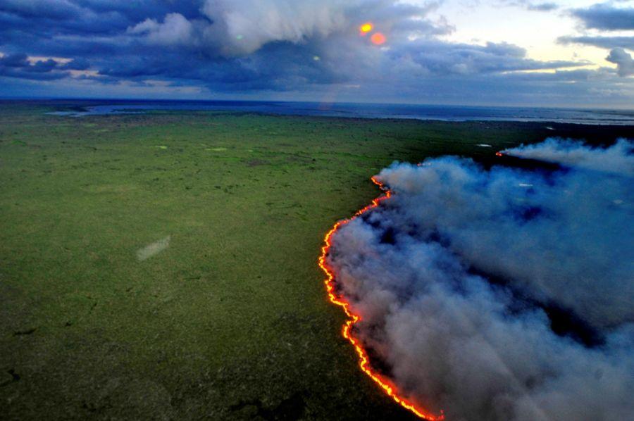 Única maneira de combater as chamas é utilizando aviões / Lauro Alves/Ag. RBS/Folhapress
