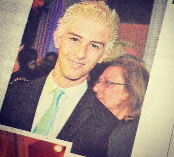 Vinicius aparece estampado nas página de um jornal / Divulgação/Instagram