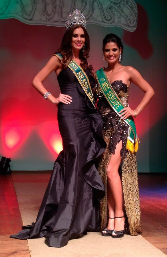 Evlen Fontes, em seus últimos momentos de reinado, posa com a Miss Brasil 2012