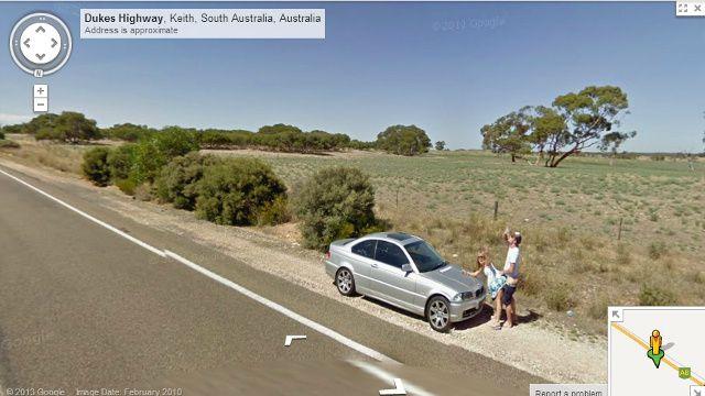 Casal aparenta fazer sexo enquanto acena para câmera do Street View / Reprodução/Google