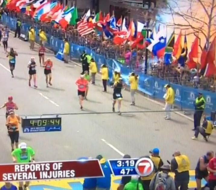 Emissora de TV mostra o momento da explosão durante a maratona de Boston, nos EUA