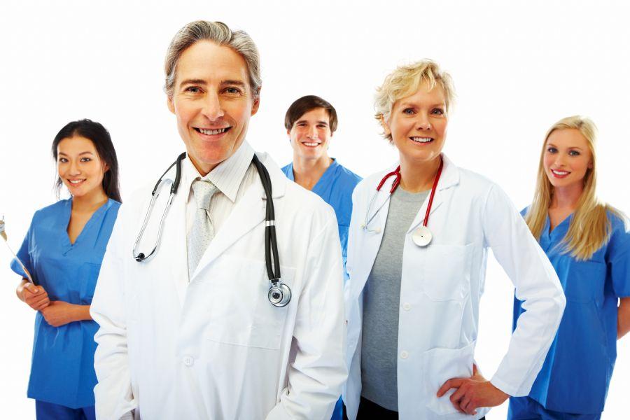 Preferência é por médicos brasileiros, mas estrangeiros podem suprir necessidades / Shutterstock