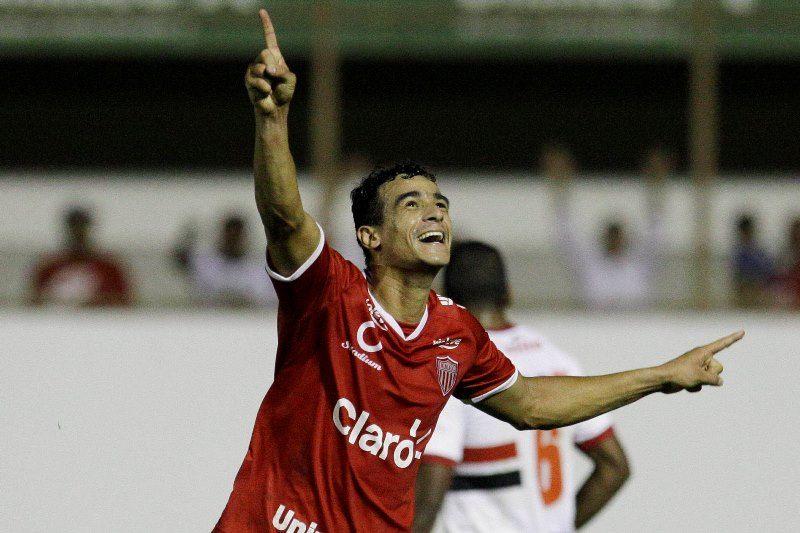 Henrique comemora gol do Mogi Mirim: time do interior vai receber o Peixe na semi / Nelson Antoine/Fotoarena/Folhapress