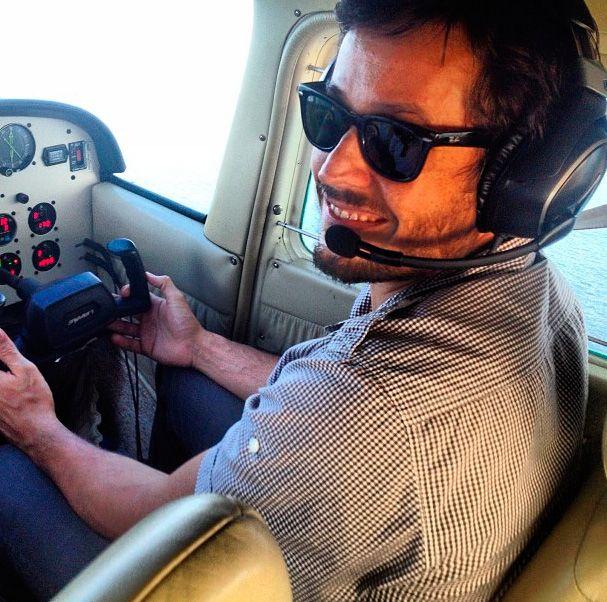 Roger Gobeth pilota um avião / Divulgação/Instagram