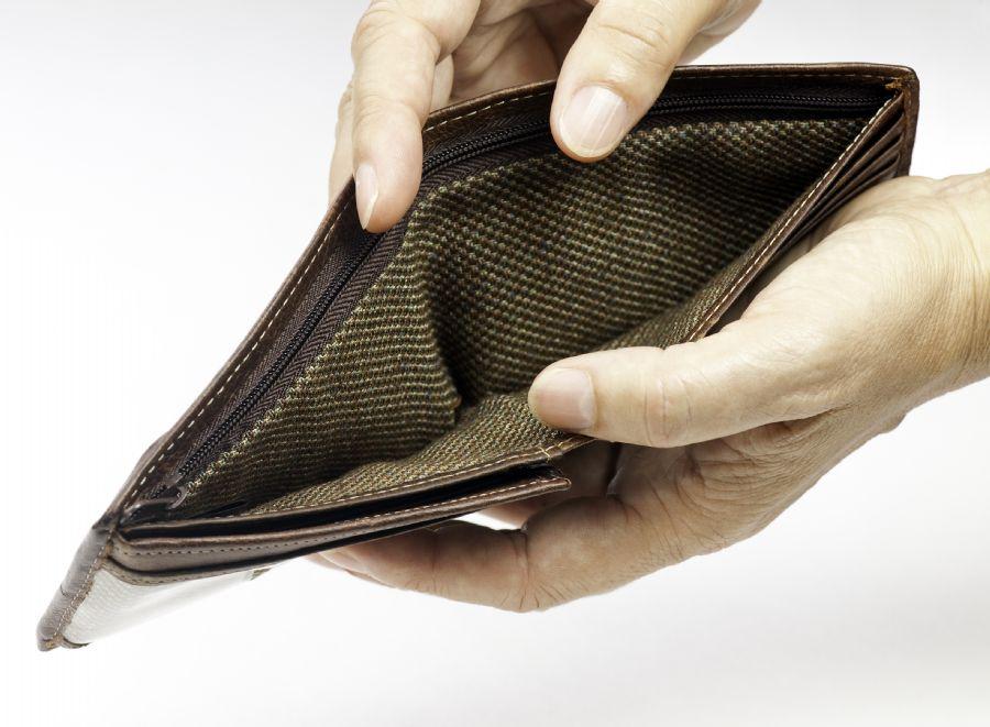 inadimplencia, pobre, dinheiro / Shutterstock / ZEF