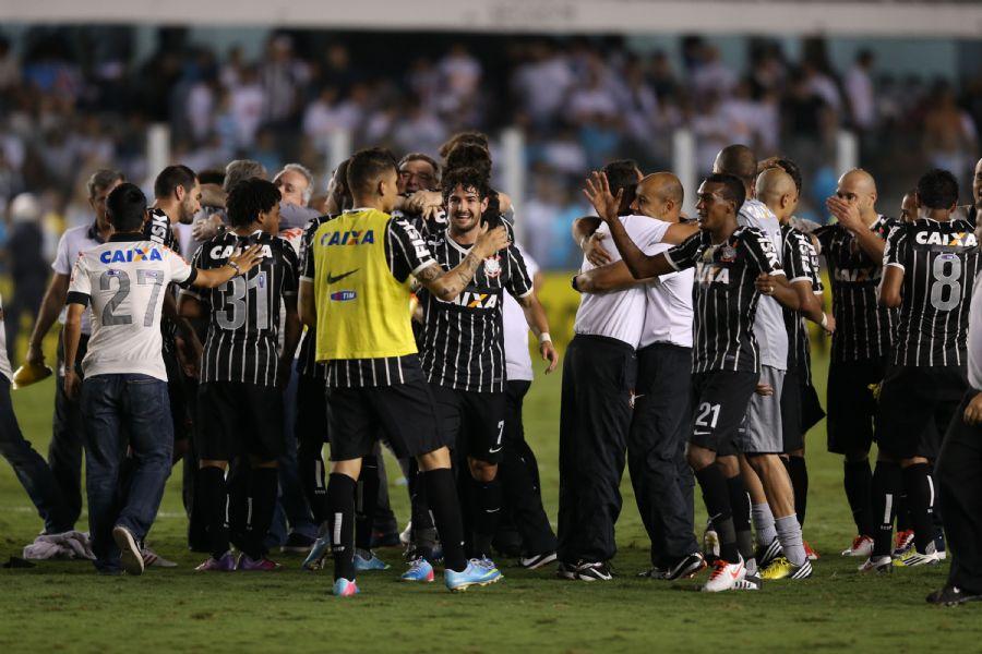 Jogadores do Corinthians comemoram título após o apito final d818e13b76795