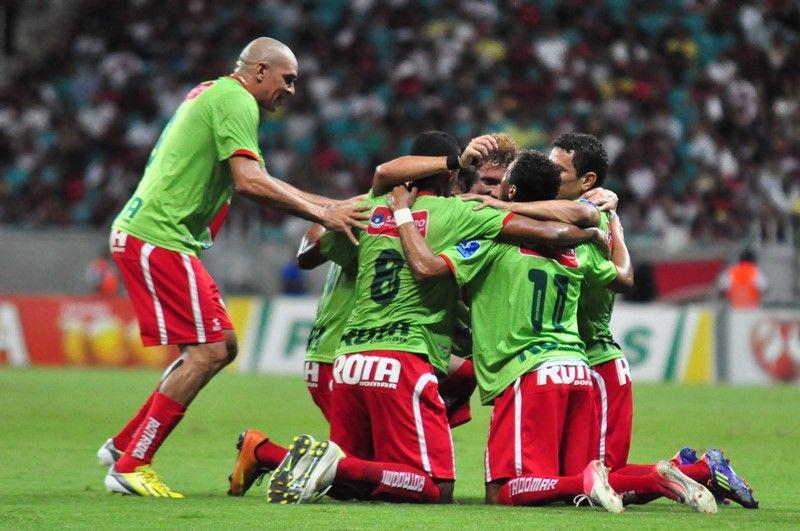 Jogadores do Salgueiro comemoram gol marcado por Élvis sobre o Vitória    Fotoarena Folhapress 11e35a0fd0997
