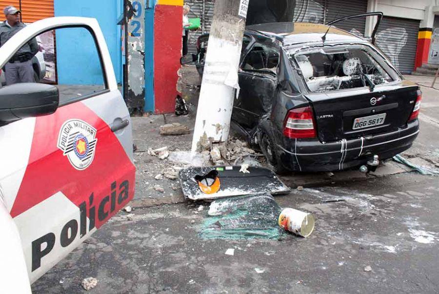 Os quatro bandidos, que estavam no veículo, ficaram feridos no acidente / Luiz Claudio Barbosa/Futura Press/Folhapress