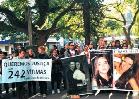 Pais e amigos das vítimas do incêndio protestaram contra libertação dos responsáveis por boate e banda / Nathalia Fruet/Band-RS