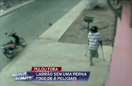 De muletas, ladrão furta objetos de casa / Reprodução/Brasil Urgente