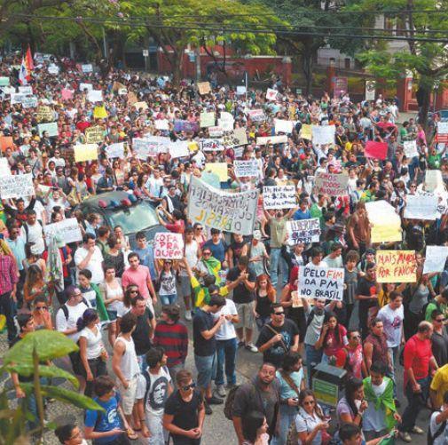 Os manifestações passaram pelas praças da Savassi, Liberadade, Sete e Rio Branco. / Charles Silva Duarte | FolhaPress