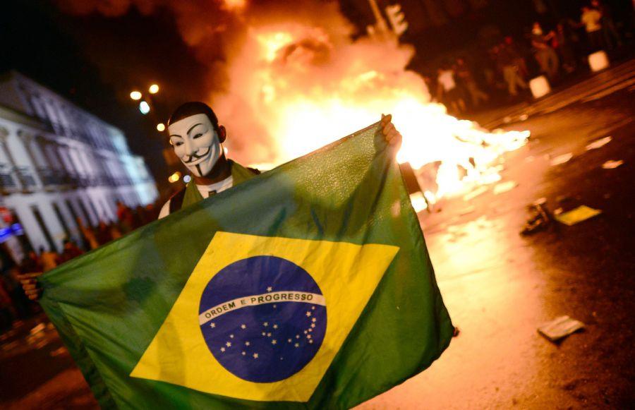 Os protestos ontem reúniram mais de 300 mil no Brasil / Christophe Simon/AFP