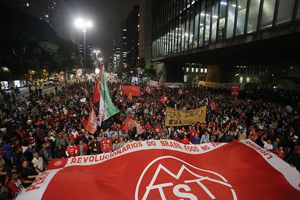Manifestantes realizam protestos contra o governo de Michel Temer