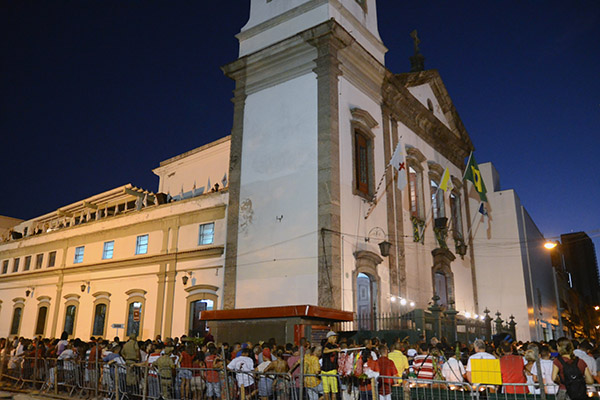 Fiéis lotam igreja no Rio Janeiro durante celebrações do Dia de São Jorge