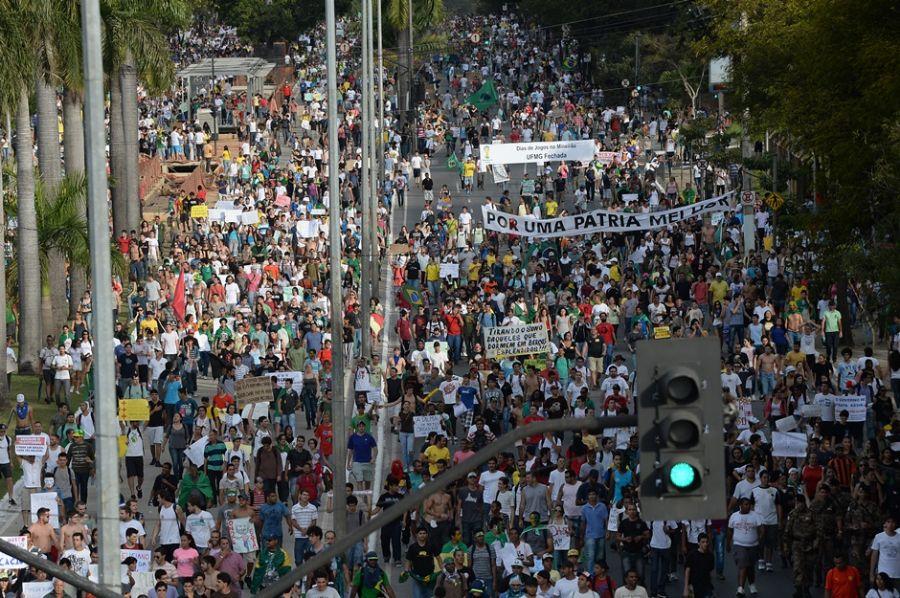 A passeata na capital mineira começou na Praça Sete, no centro da cidade, e seguiu por cerca de 15 quilômetros em direção ao Mineirão / NELSON ALMEIDA / AFP