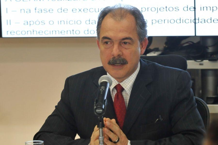 Mercadante fez o anúncio da mudança após reunião com especialistas / José Cruz/ABr