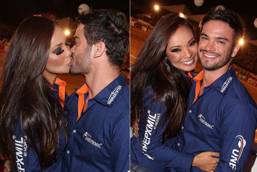 Sidney Sampaio e Carol Nakamura trocam beijos