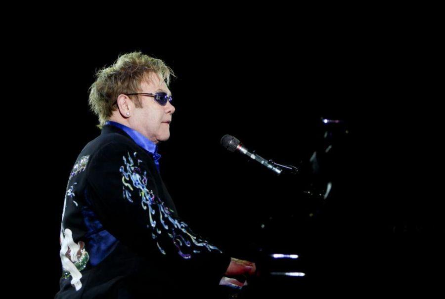 Elton John está ajudando um grupo de jovens talentos
