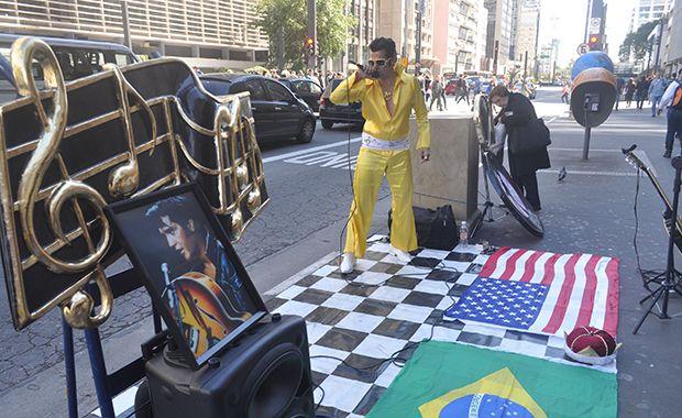 Cover imita Elvis Presley na Avenida Paulista
