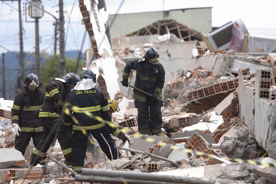 Bombeiros procuram vítimas nos escombros do prédio desabado / Vanessa Carvalho/Brazil Photo Press/Folhapress