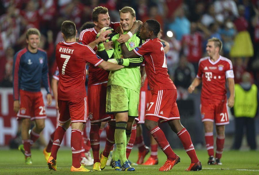 Jogadores do Bayern abraçam o goleiro Neuer por defender o pênalti que garantiu o título / Odd Andersen/AFP