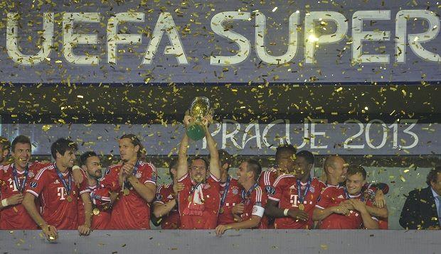 Ribery ergue a taça da Supercopa da Europa com os demais jogadores do Bayern