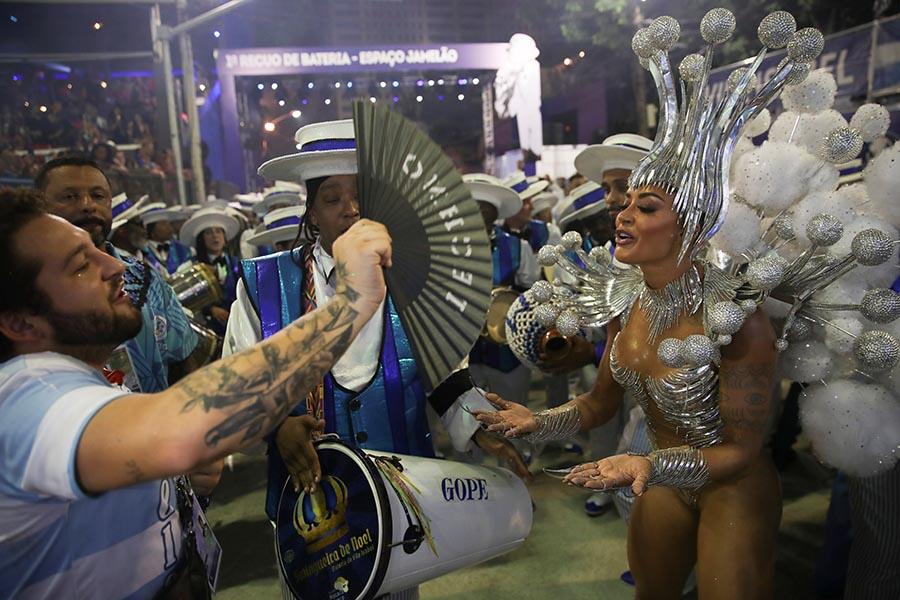 Que calor! Aline Riscado é refrescada no desfile da Vila