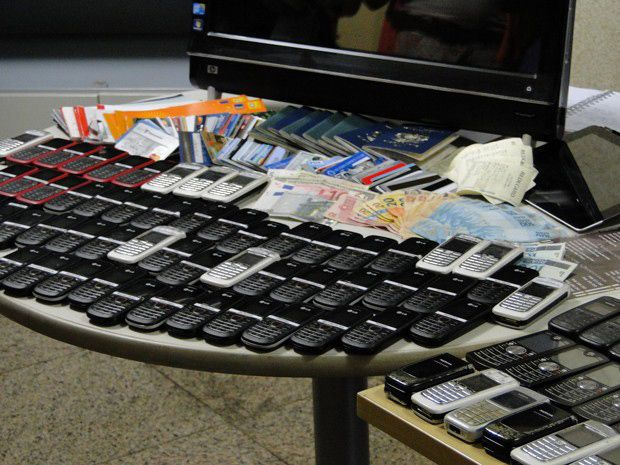 Dinheiro, celulares e documentos foram apreendidos / Divulgação | Polícia Civil