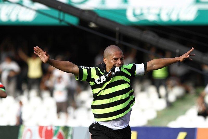 Alex comemora um dos dois gols que fez na vitória do Coritiba contra o São Paulo no Couto Pereira /  Geraldo Bubniak/Fotoarena/Folhapress