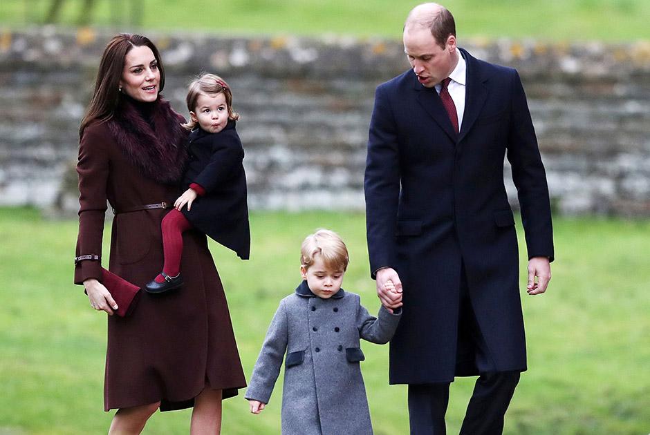 Príncipe George e princesa Charlotte vão à missa