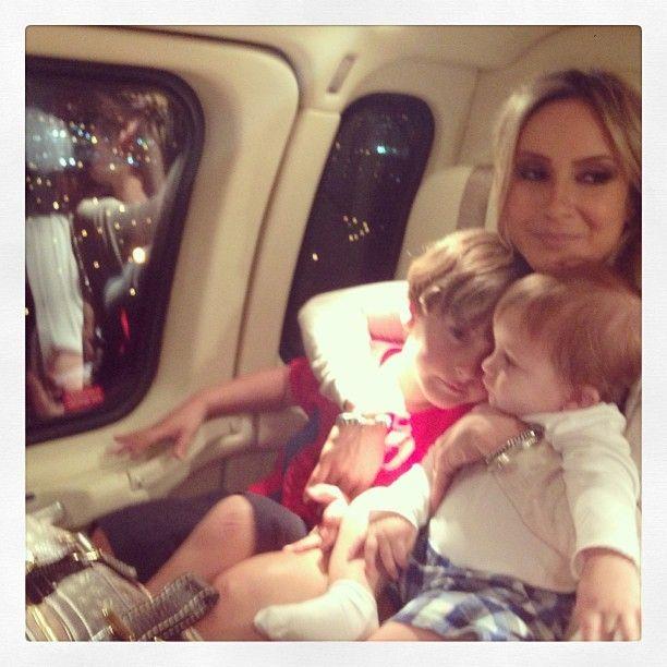 Claudia Leitte viaja com os filhos - Band.com.br