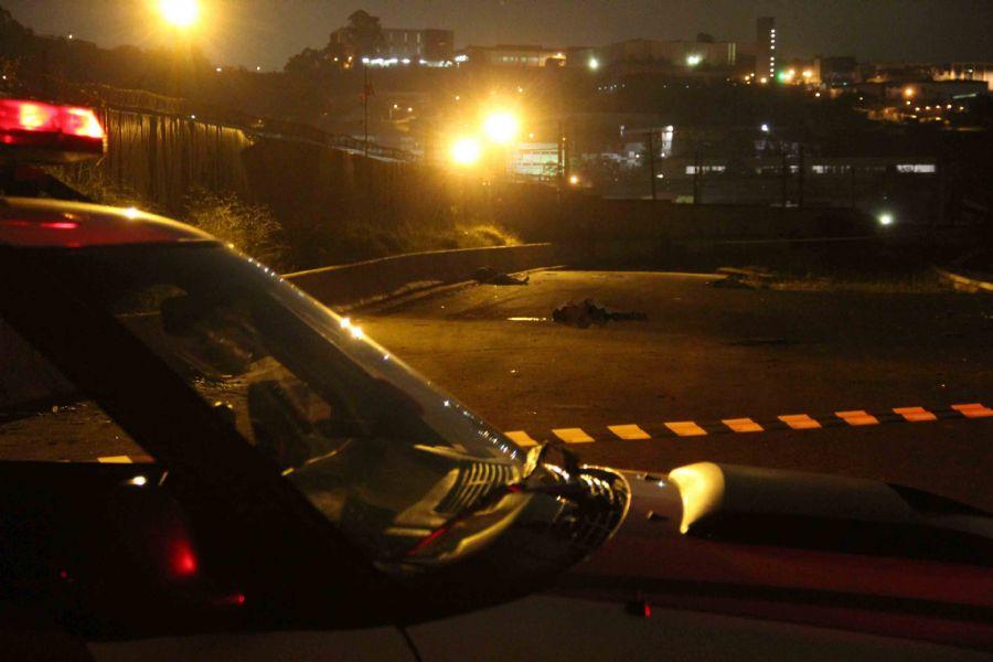 Polícia encontrou corpos pelo chão / Edison Temoteo/Futura Press/Folhapress