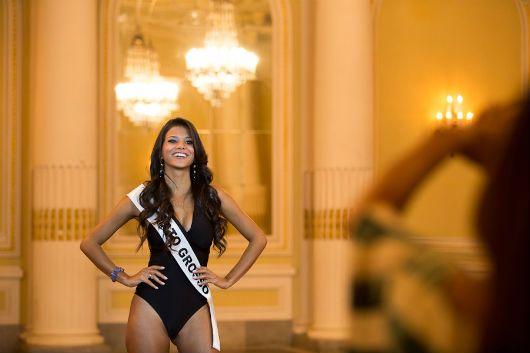 Jakelyne Oliveira, a Miss Mato Grosso usando sua faixa