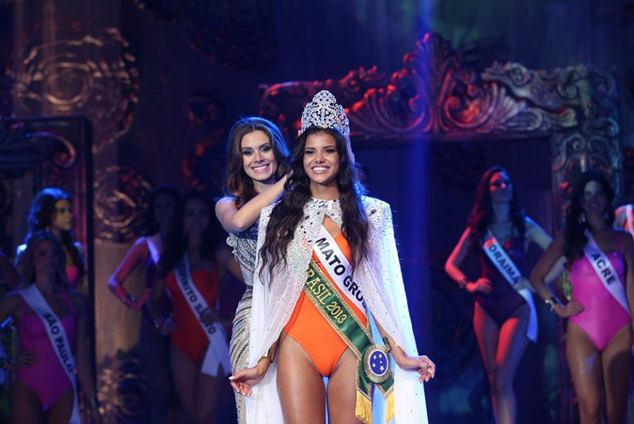 Jakelyne Oliveira recebe a coroa da Miss Brasil 2012, Gabriela Markus