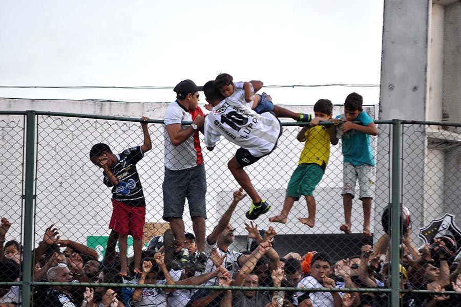 Crianças pulam o alambrado do Frasqueirão em meio ao tumulto
