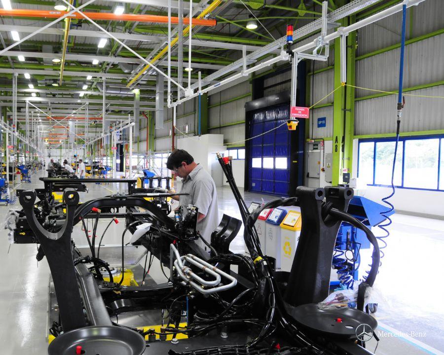 Mercedes-Benz investe em fábrica para veículos de passeio