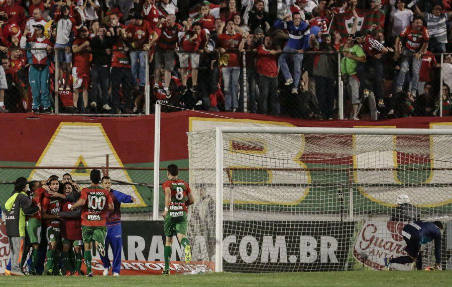 Jogadores da Portuguesa comemoram gol diante da torcida na vitória contra o  Santos (Foto  Miguel Schincariol Folhapress) cf8c5c6a4f531