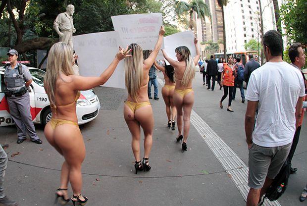 Candidatas do Miss Bumbum 2013 protestam pela Avenida Paulista