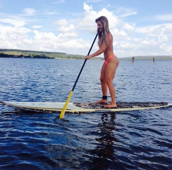 98052094d Denise Rocha exibe corpão ao praticar stand up paddle Divulgação Instagram