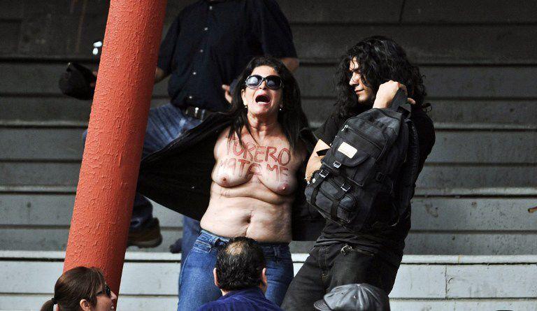 Ativista foi retirada à força do local / Ernesto Benavides/AFP