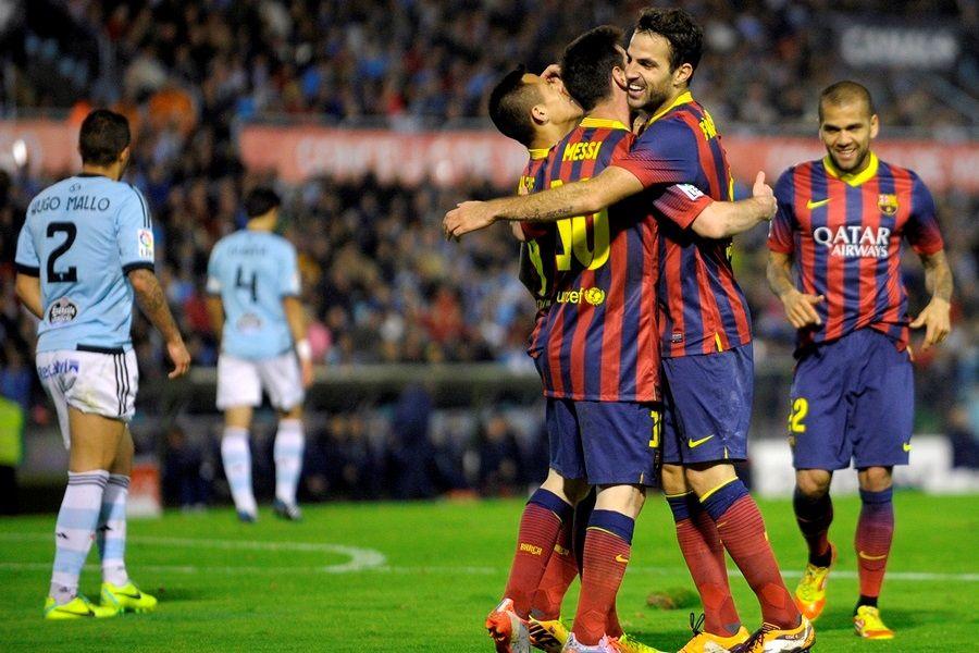 Messi abraça Fàbregas, autor do terceiro gol do Barcelona nesta terça-feira / Miguel Riopa/AFP