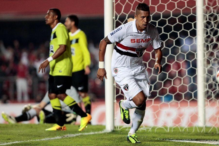 Antonio Carlos fez dois gols na vitória do São Paulo sobre o Atlético Nacional / Miguel Schincariol/AFP